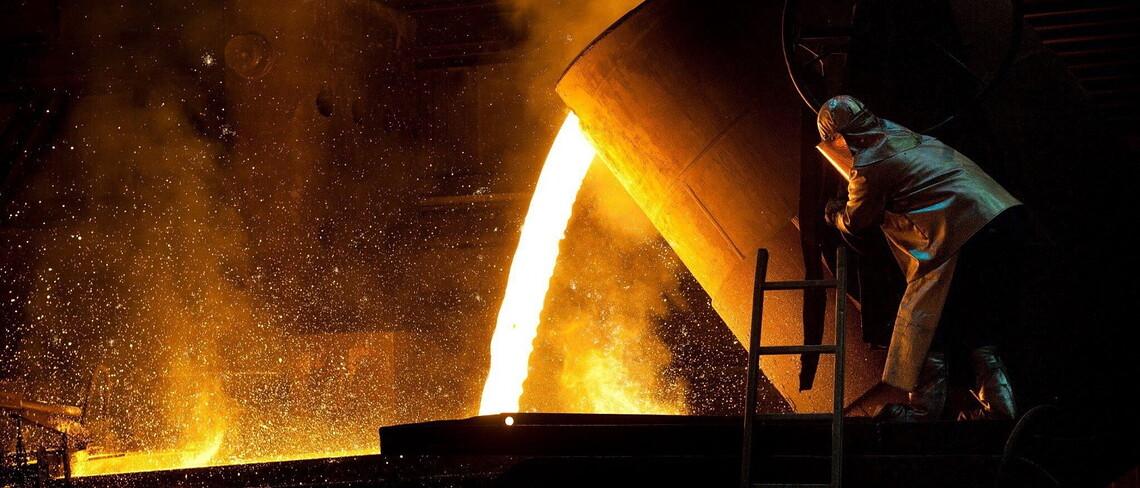 Ein Arbeiter bei der Herstellung von Stahl.