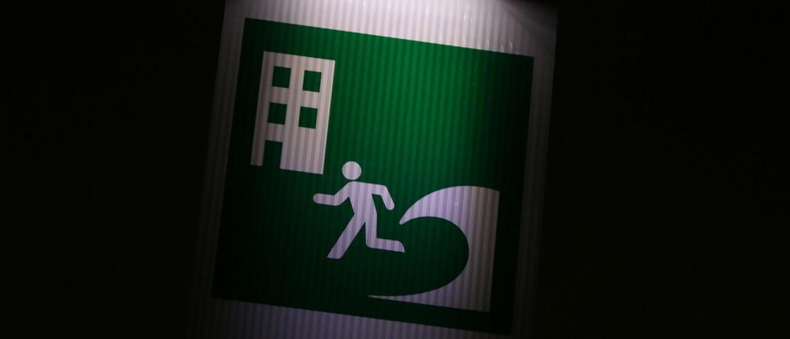 Das Schild kennzeichnet einen Tsunami-Schutzraum in Japan