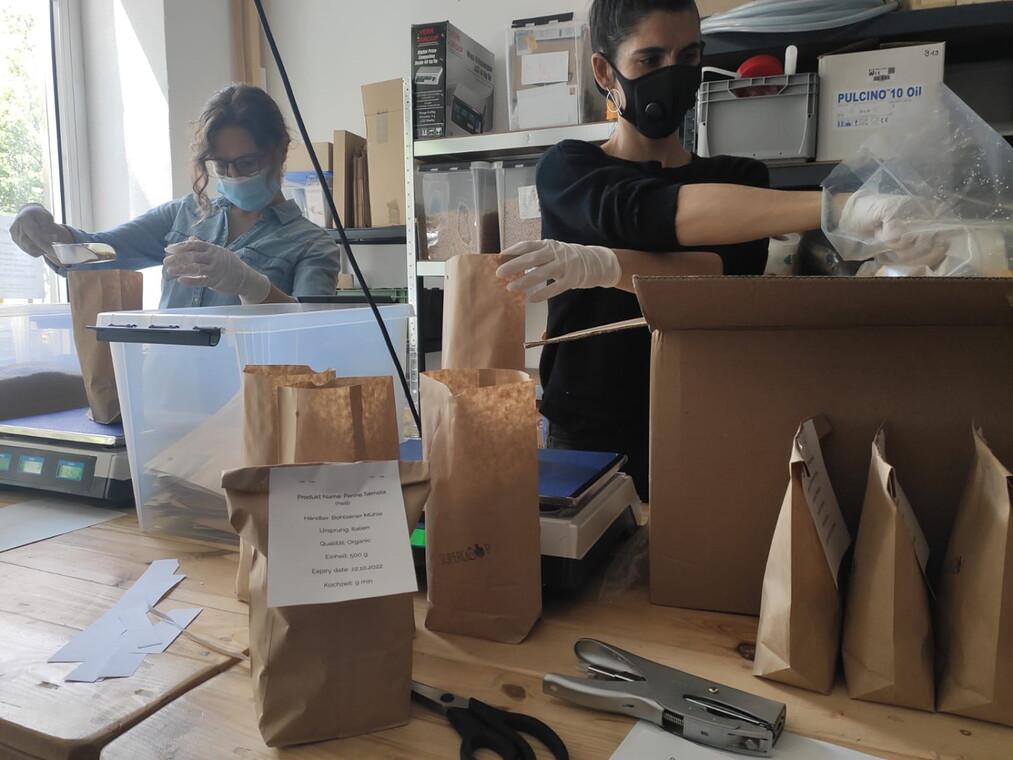 Für den Supercoop werden Waren verpackt