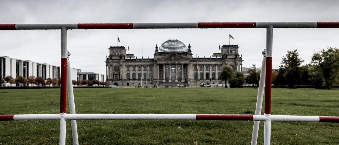 Der Reichstag in Berlin hinter einer Absperrung.