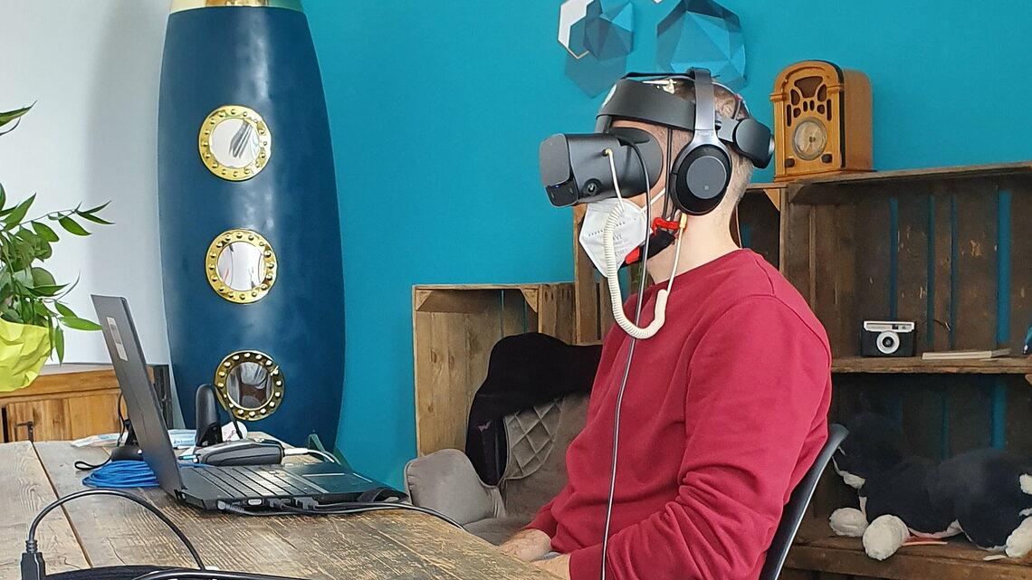 Bei einer Pressevorführung im Mai konnten wir die Experience Mind the Brain! bereits ausprobieren. – mit VR-Brille, Elektrodenkappe, Kopfhörern und Maske. Bild: Kathrin Brunner