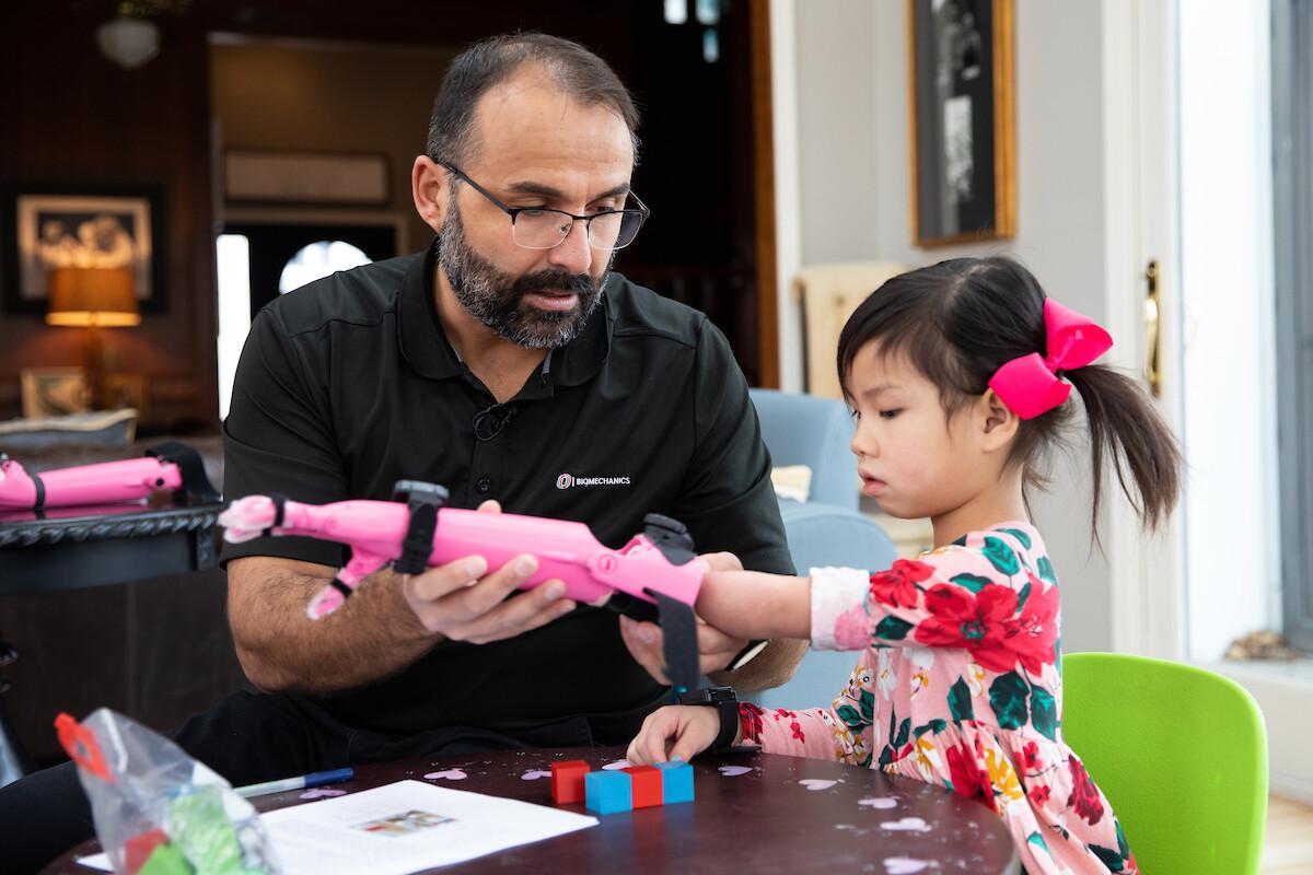 Die junge Rue Gillespie bekommt eine neue Armprothese angebunden bevor sie diese ausführlich testen darf. Quelle: e-NABLE