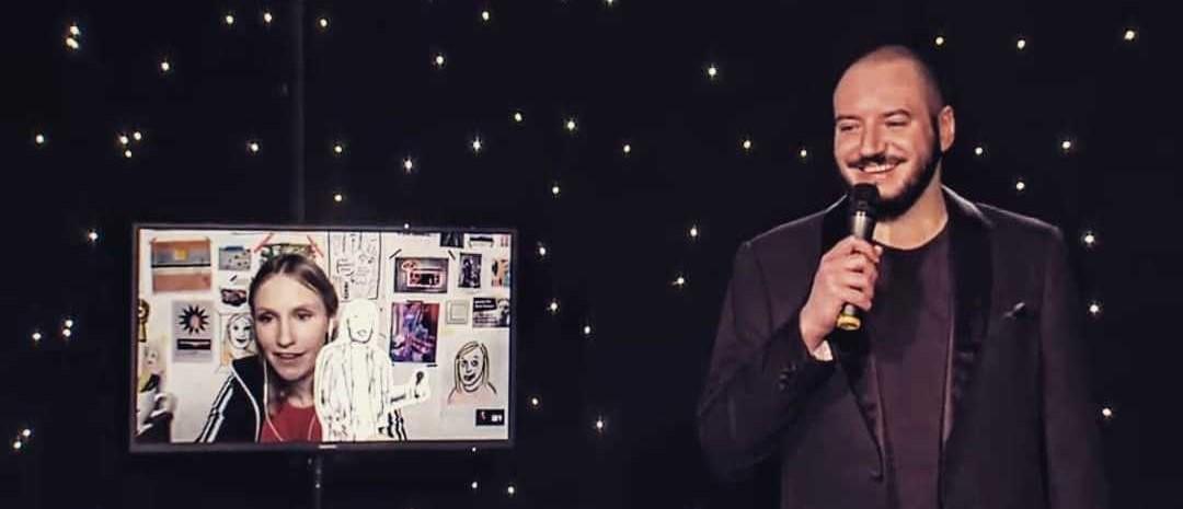 Jonas Imam während einer Show, die wegen Corona nur digital übertragen wurde. Auf dem Bildschirm neben ihm ist Ingrid Wenzel zu sehen, ebenfalls Comedian. Quelle: Jonas Imam